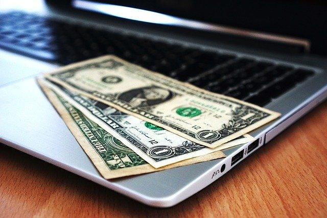 Czym charakteryzuje się pożyczka ratalna przez Internet?
