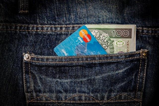 Co się bardziej opłaca? Pożyczka czy debet na koncie?
